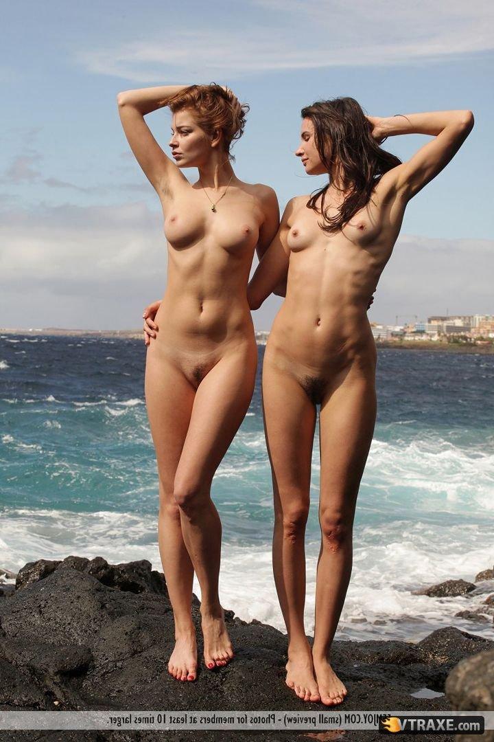 Подружки балуются у моря