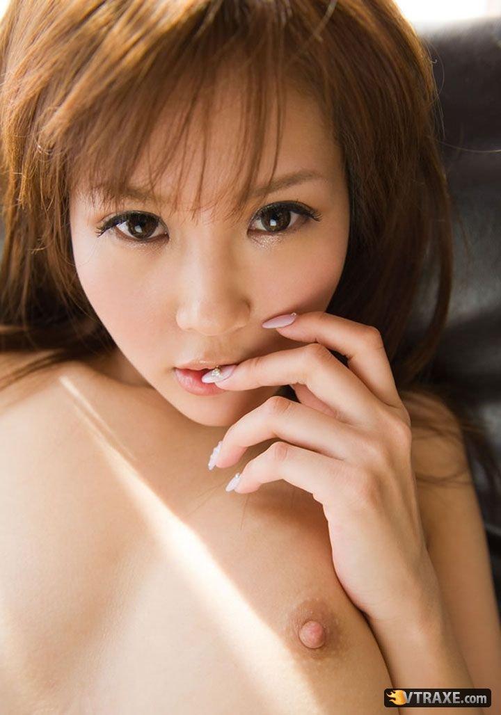 Красивая японка с пушистой киской