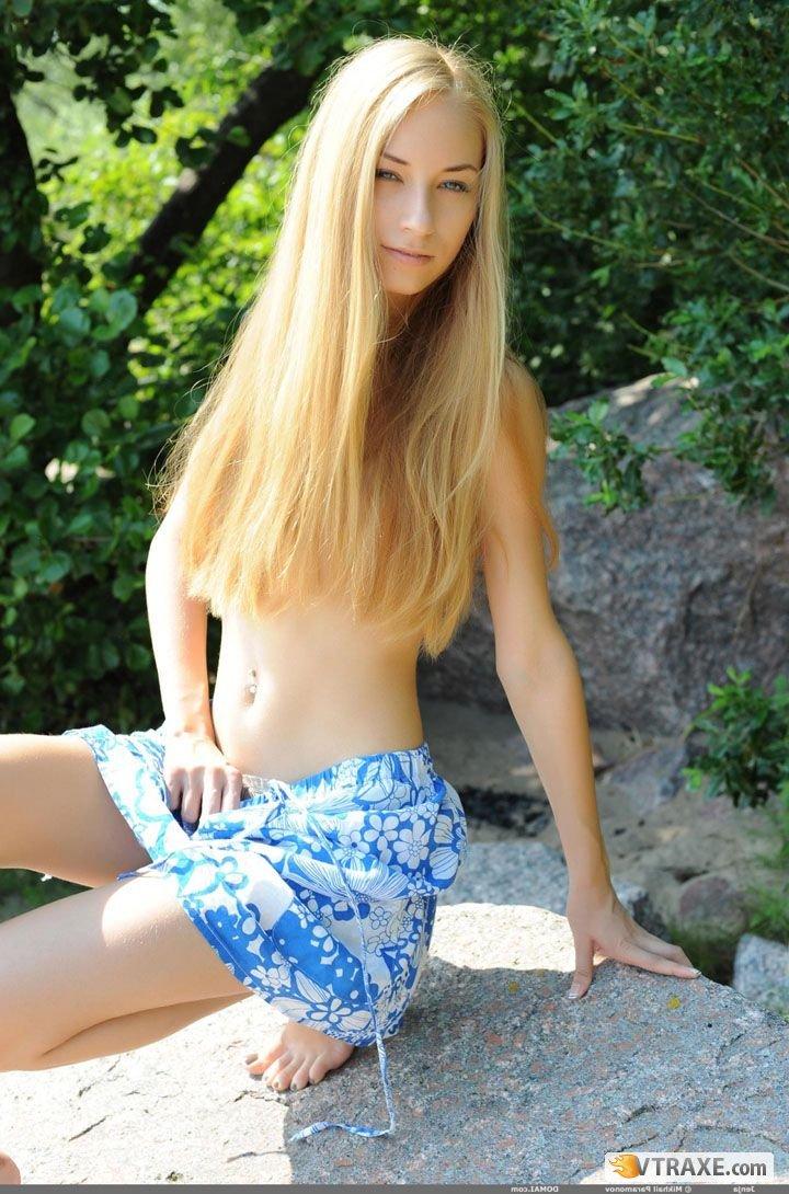 Стройная блондинка на камне