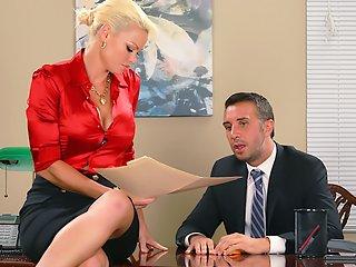 вуку официант трахнул жену босса подхватили перенесли