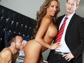 Жена наблюдает как трахают ее парня видео, мастурбация мужа и жены домашнее видео