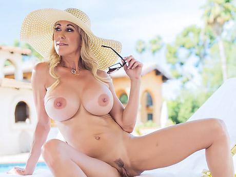 Грудастая блондинка со страпоном лишила анальной девственности своего любовника